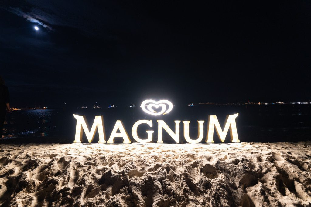 La soirée du film Chambre 212 sur la plage Magnum